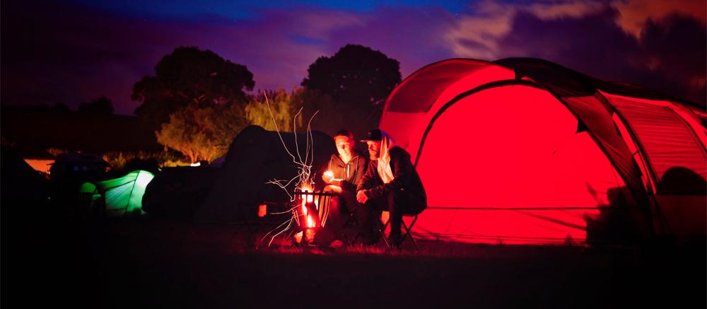 kamperen kampvuur nacht